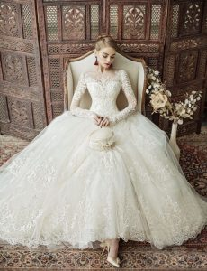 magnifique mariée dans sa robe sur le 03